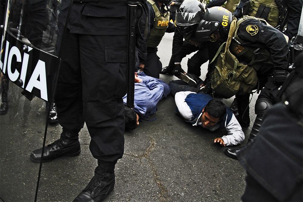 Trasladan a Fiscalía a docentes que agredieron a policías — Huelga de docentes