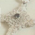Un rosario en filigrana y mochila indígena entre regalos de Santos al Papa