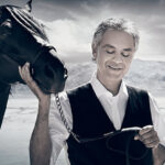 Italia: Andrea Bocelli hospitalizado por golpe en la cabeza al caer de caballo (VIDEO)