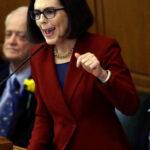 Gobernadora de Oregón promete defender a los latinos, incluyendo ilegales