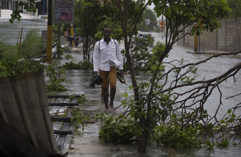María baja a huracán de categoría 2