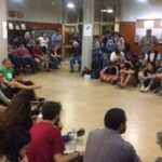 Ciudadanos ocupan colegios electorales en toda Cataluña