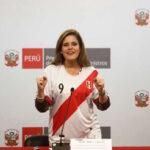 Mercedes Aráoz se puso la camiseta de la selección peruana en conferencia de prensa