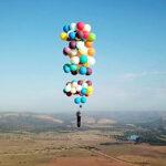 Británico vuela sobre Sudáfrica suspendido por 100 globos (Video)