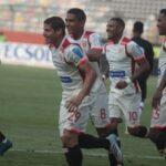 Universitario gana 2-0 a Sport Huancayo y se mete a la pelea por el título