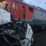 Rusia: Tren arrolla autobús cuando pasajeros dormían y deja 19 muertos (VIDEO)