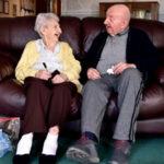 Mujer de 98 años se mudó a asilo de ancianos para cuidar a su hijo de 80 (VIDEO)