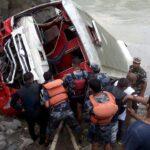Nepal: Al menos 31 muertos y 16 heridos al caer un autobús a un río
