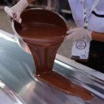 Peruanos elaboran barra de chocolate con frutos secos más grande del mundo