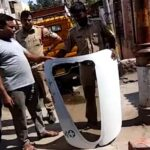 La puerta de un avión se cae en la azotea de una casa en la India