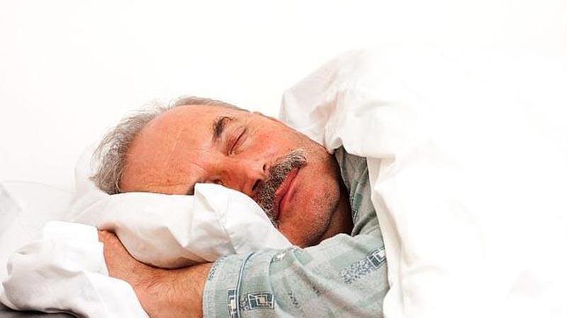 Dormir menos de siete horas aumenta la posibilidad de padecer cáncer: especialista