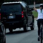 Mujer hizo gesto obsceno a caravana de Trump, se hace famosa y la despiden (VIDEO)