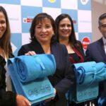 Reciclarán medio millón botellas para hacer mochilas para escolares en Perú