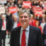 Laboristas escoceses nombran a Richard Leonard su nuevo líder