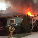 Avión se estrella en patio trasero de una casa y deja 2 muertos (Videos)
