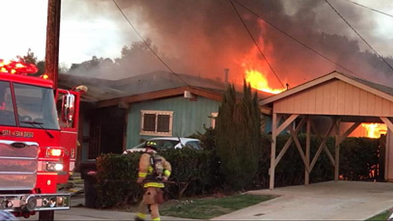 Avioneta se estrella contra casa en San Diego; 2 muertos