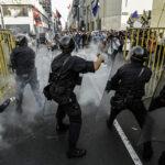 Manifestantes contra indulto a Fujimori se enfrentancon policías en centro de Lima (Fotos)