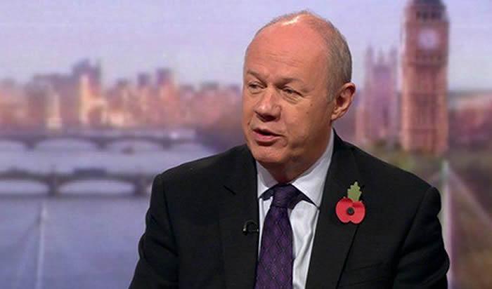 Escándalo rodea a un aliado de Theresa May