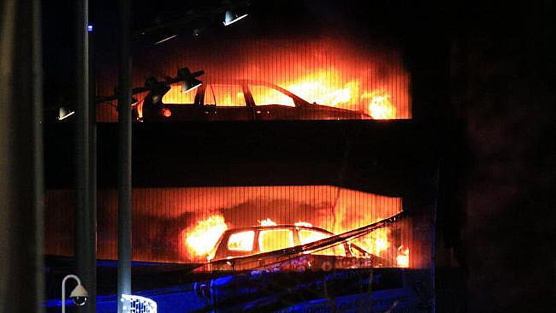 Incendio calcina casi 1400 autos en estacionamiento de Liverpool