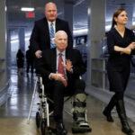EEUU: Senador John McCain hospitalizado por efectos de su terapia contra el cáncer (VIDEO)