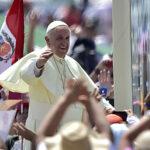 Francisco llega a un Perú conmocionado por indulto a Fujimori y caso Odebrecht