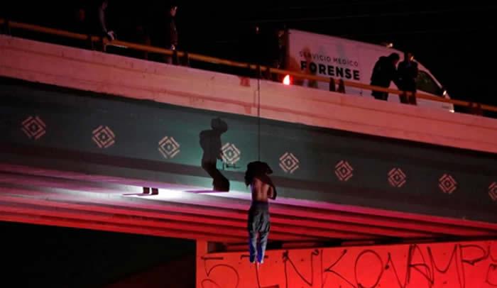 Narcotraficantes dejan cuerpo colgado en un puente — Conmoción México