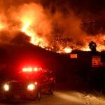 Incendios incontrolablesen California destruyenmás de mil casas y edificios