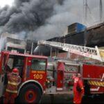 Bomberos controlaron fuego en almacén de plásticos