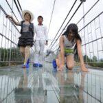 China finaliza la construcción del puente de cristal más largo del mundo