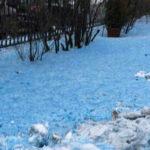 Rusia: Rara nieve azul cubre un pueblo alarmando a pobladores y autoridades