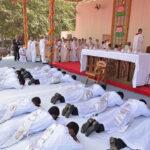 Bangladesh: Francisco ofició misa multitudinaria y ordenó a 16 sacerdotes (VIDEO)