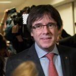 Carles Puigdemont propone a Mariano Rajoy reunirse fuera de España