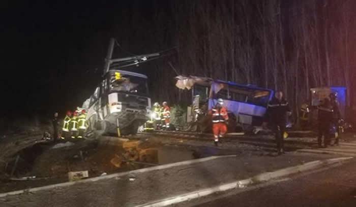 Tren embiste autobús escolar, reportan cuatro muertos