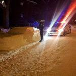 """Policías se confunden y querían multar """"auto"""" de nieve mal estacionado (Fotos)"""