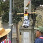 Bolivia: Diputado opositor se 'crucifica' en público en contra de la ley penal