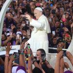 Papa Francisco inicia su visita a Perú con recibimiento apoteósico