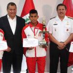 Vraem: Jorge Nieto entrega reconocimiento a deportistas destacados