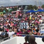 Cientos de mujeres protestan en Miami contra política discriminatoria de Trump