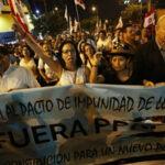 Miles de personas marchan en rechazo al indulto otorgado al exdictador Fujimori (Fotos)