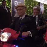 Golden Globes: Rita Moreno y Norman Lear cruzaron en moto la alfombra roja (Video)