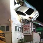 EEUU: Auto sale volando y se incrusta en segundo piso de un edificio (FOTOS)