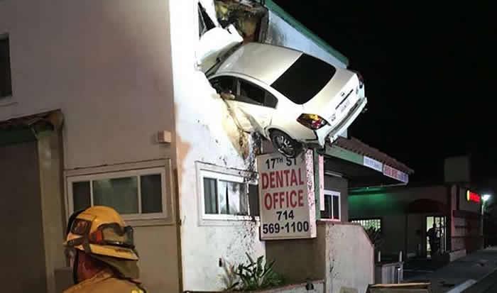 Un auto 'vuela' y termina estrellado en un segundo piso
