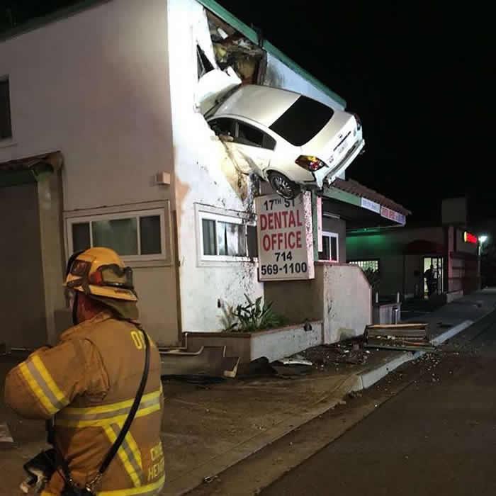California: Carro termina incrustado en el segundo piso de un edificio