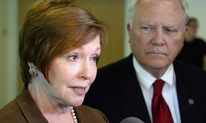 Renuncia directora de los CDC por conflictos de interés