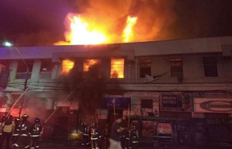 Violento incendio destruye 12 locales comerciales en Valparaíso