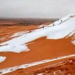 Argelia ve caer copos de nieve entre las dunas del desierto