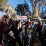 España: Manifestantes rompieron cerco policial frente a parlamento catalán (VIDEO)