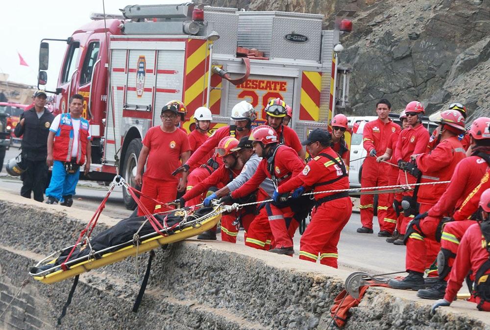 Reinician labores de rescate de víctimas de accidente en Pasamayo