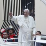 Papa Francisco llegó en papamóvil a iglesia San Pedro (FOTOS)