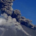 Filipinas: Evacuan a 70 mil personas por erupciones del volcán Mayón (VIDEO)